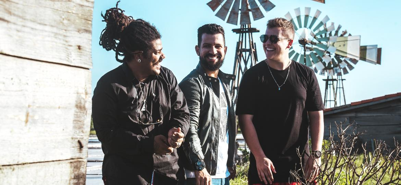 """Vitin (Onze:20), Dennis e Bruno Martini estão juntos no videoclipe de """"Sou Teu Fã""""  - João Gomes"""
