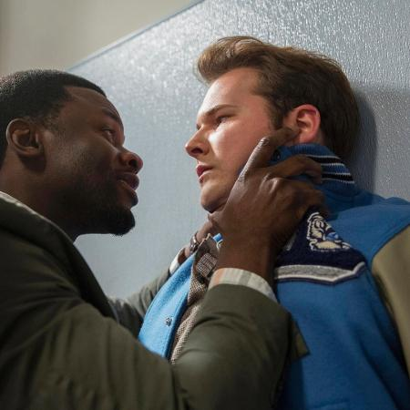 """Bryce (Justin Prentice) é confrontado pelo Sr. Porter (Derek Luke) em cena da segunda temporada de """"13 Reasons Why"""" - Divulgação/Netflix"""