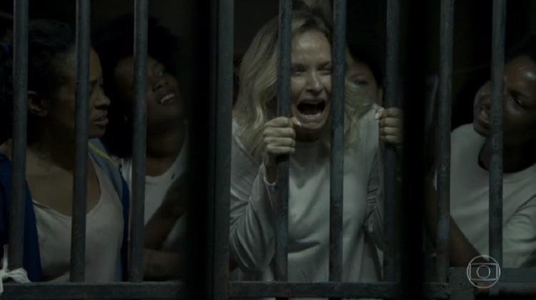"""Fabiana (Fernanda Rodrigues) é presa ao lado de mulheres negras em cena exibida em """"O Outro Lado do Paraíso"""" (Imagem: Reprodução/TV Globo)"""