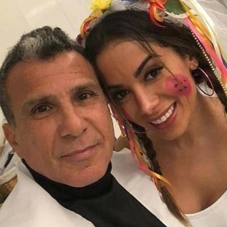 Anitta com Eri Johnson em festa junina fora de época - Reprodução/Instagram
