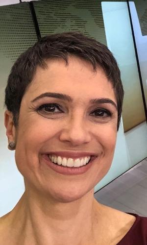 """Sandra Annenberg, 50 anos, exibe seus poucos fios brancos na TV e já disse que pretende deixá-los assim. """"Os fios brancos já estão começando a aparecer e, se der certo, pretendo deixar a cabeça branquinha! Acho chique mulheres de cabelos curtos e brancos"""", disse ela em entrevista à revista """"Ana Maria"""" em 2015"""