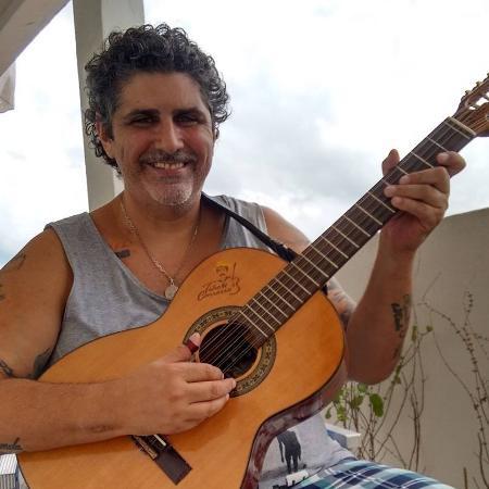 Marcello Cassetari tocava guitarra e cavaquinho no Virgulóides - Reprodução/Facebook