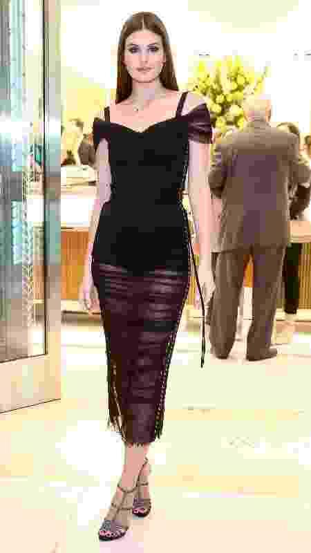Recém-casada, Camila Queiroz usa vestido de R$ 13.800 em evento