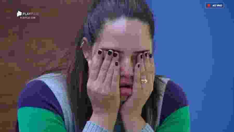 """Perlla se emociona em um dos quartos de """"A Fazenda 10"""" - Reprodução/PlayPlus"""