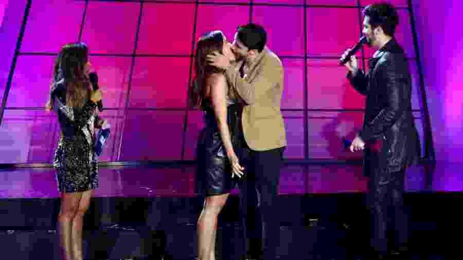 Anitta beija percussionista do grupo Atitude 67 ao vivo no palco do Prêmio Multishow - Manuela Scarpa/Brazil News