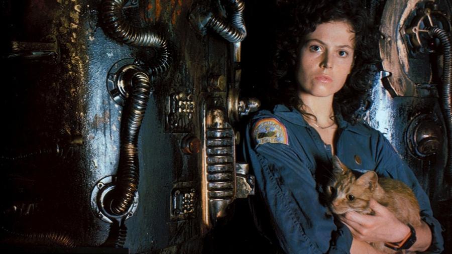 """Sigourney Weaver o gato Jonesy em cena de """"Alien - O Oitavo Passageiro"""" - Reprodução"""