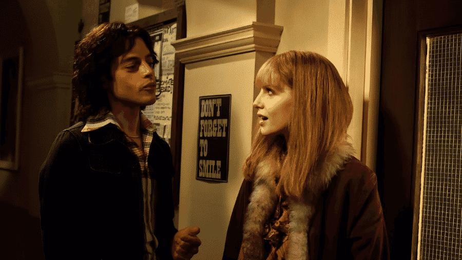 """Freddie Mercury (Rami Malek) e Mary Austin (Lucy Boynton) em """"Bohemian Rhapsody"""" - Reprodução"""