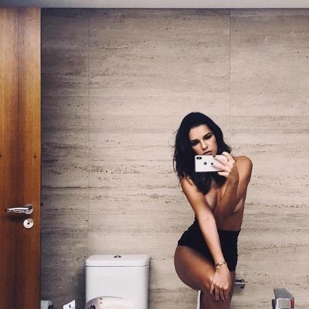 Mariana Rios posa de topless no banheiro e quase mostra demais - Reprodução/Instagram