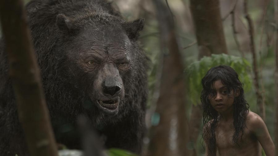 """O urso Balu ao lado do protagonista de """"Mogli: Entre Dois Mundos"""" - Divulgação/Netflix"""