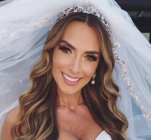 Junior Mendes, que fez a make de Nicole, postou um vídeo com a noiva pronta