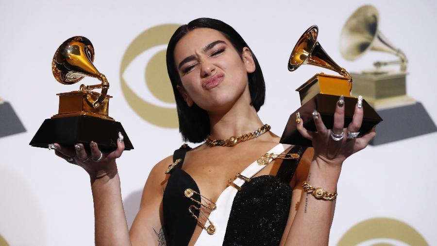 Dua Lipa posa para foto com seus dois prêmios no Grammy 2019 - Reuters