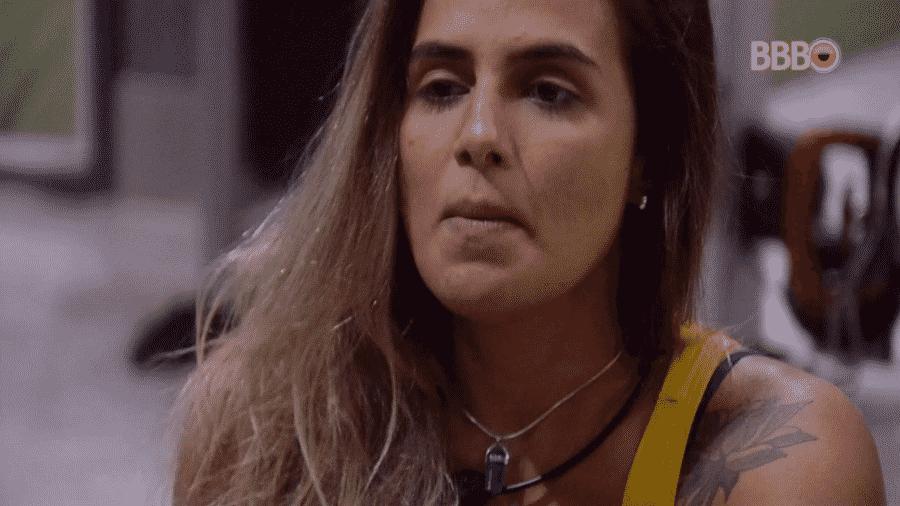 Carolina conversa com Isabella na academia - Reprodução/Globoplay