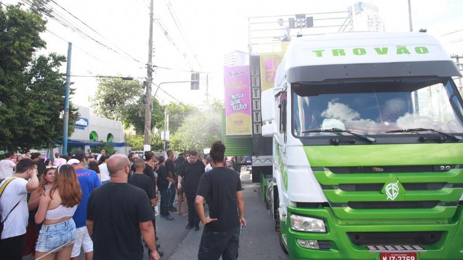 Fumaça interrompe o caminhão trio elétrico do Bloco da Favorita, na av Luiz Carlos Berrini - Diego Padgurschi/UOL