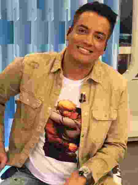 Leo Dias com camiseta estampando beijo gay em HD dos Vingadores - Reprodução/Instagram/leodias