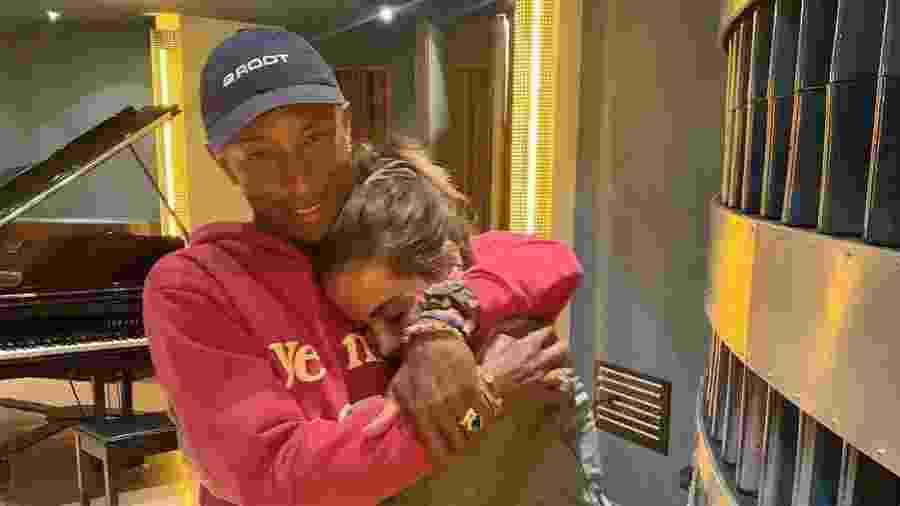 Anitta posa abraçadinha com Pharrell Williams - Reprodução/Instagram