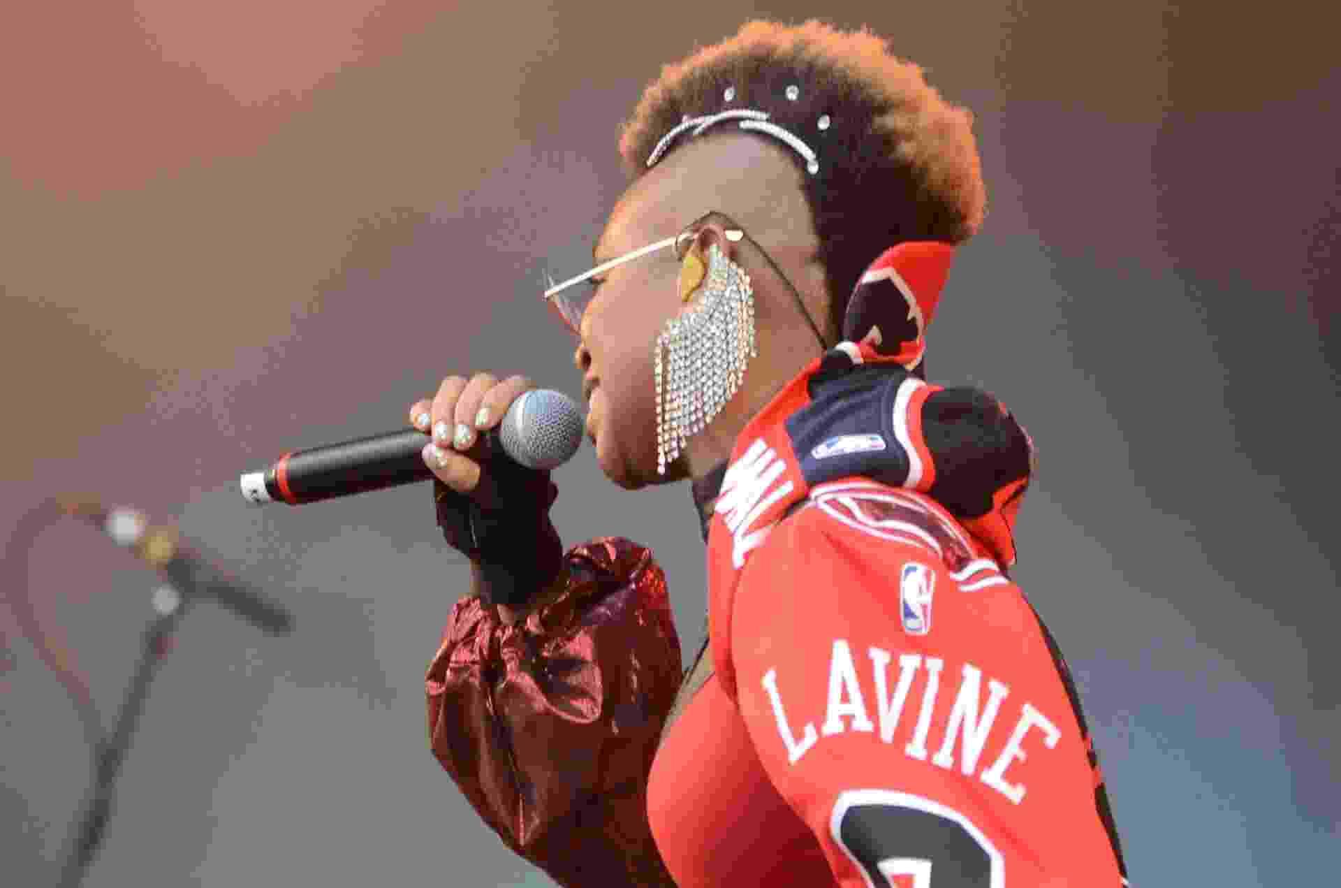 A cantora Karol Conka é conhecida por mudar com frequência de penteado. Para seu show no primeiro dia do Rock in Rio 2019, nesta sexta-feira (27), exibiu um moicano - Adriano Ishibashi/FramePhoto/Estadão Conteúdo