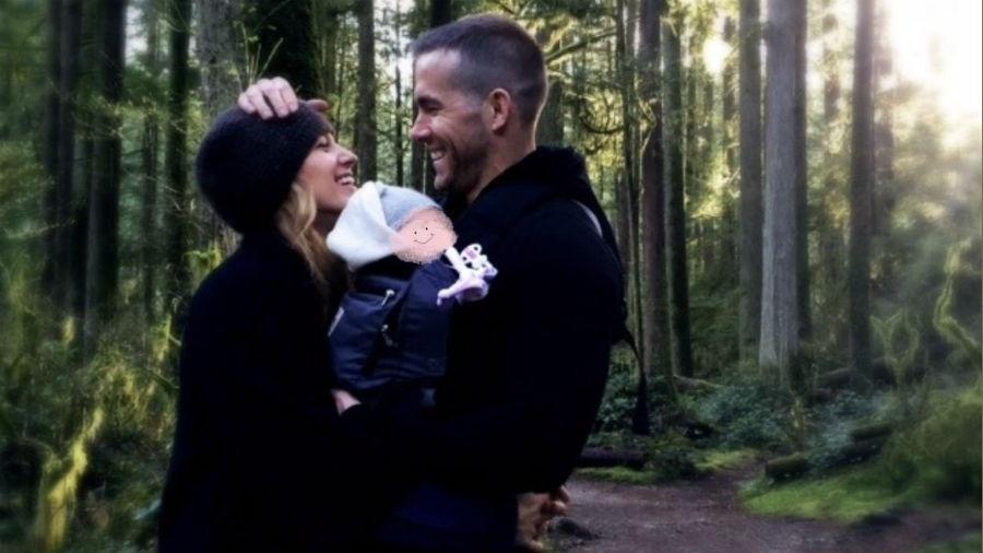 """Blake Lively e Ryan Reynolds com a filha recém-nascida; rostinho da criança foi """"borrado"""" - Reprodução/Twitter"""