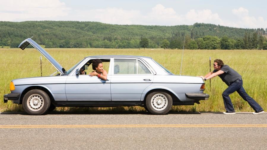 """Empurrar o carro e fazer motor """"pegar no tranco"""" é alternativa em caso de bateria arriada, mas é preciso fazê-lo da forma correta - Getty Images"""