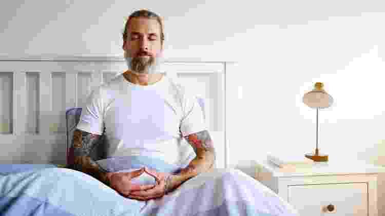 Meditação na cama - iStock - iStock