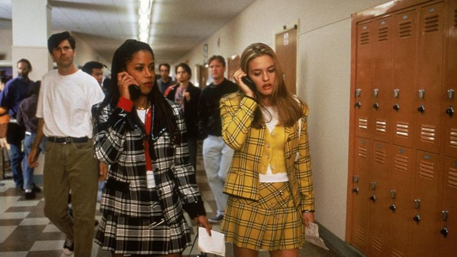 """Cena de """"As Patricinhas de Beverly Hills""""; à direita, Alicia Silverstone com o clássico look amarelo - Divulgação"""