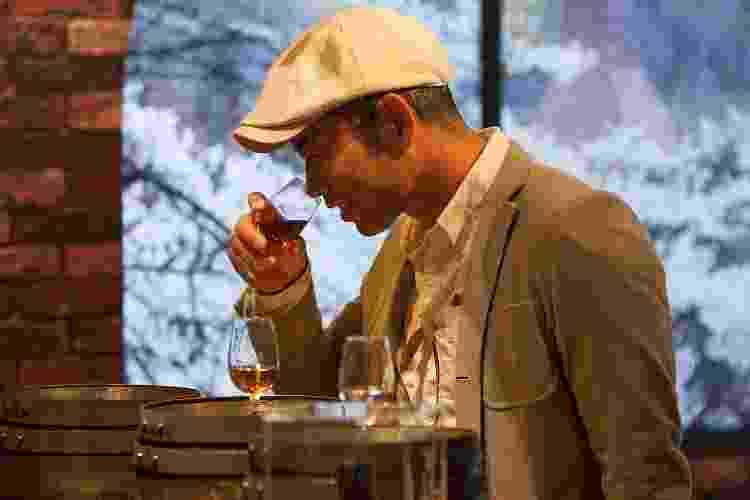 Entusiasta do mundo do uísque testa a bebida no Whisky Live Tokyo 2012 - Jeremy Sutton-Hibbert/Getty Images - Jeremy Sutton-Hibbert/Getty Images