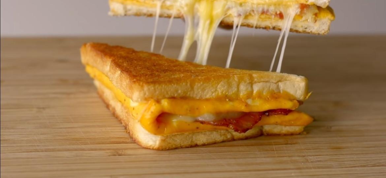 Reprodução/ Cooking Satisfaction - Na mesma frigideira: ovo, pão e o que quiser colocar no sanduíche