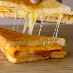 Na mesma frigideira: ovo, pão e o que quiser colocar no sanduíche