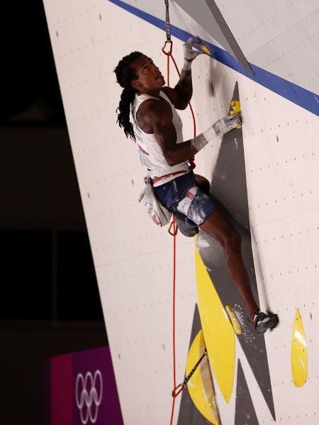 O francês Mickael Mawem durante a competição de escalada dos Jogos de Tóquio - Maja Hitij/ Equipe/ Getty Images