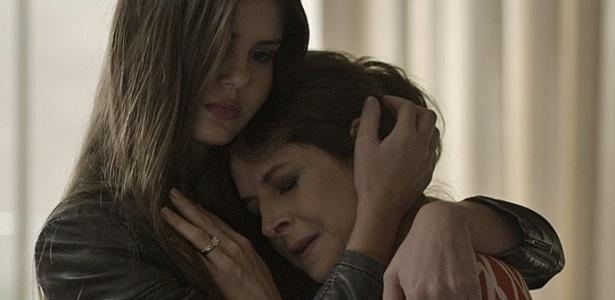"""Em """"Verdades Secretas"""", Carolina chora nos braços da filha após ouvir fora de Alex"""