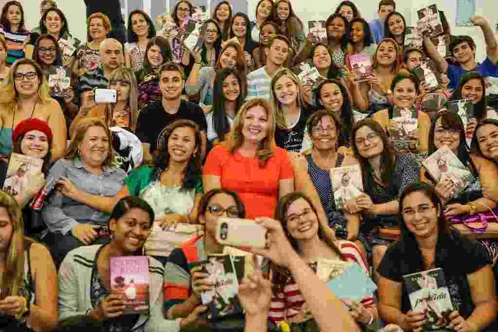 """3.set.2015 - Carina Rissi, escritora da série """"Perdida"""", posa no meio do público durante palestra - Divulgação/Bienal"""