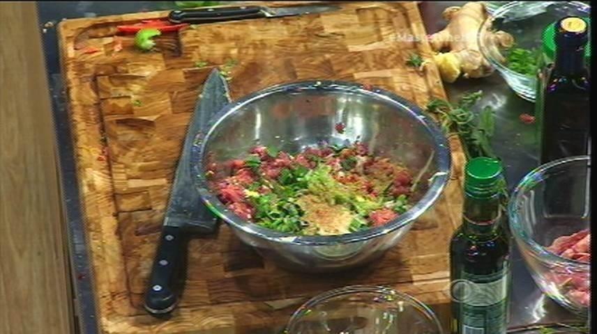 15.set.2015 - Izabel pica os ingredientes e começa a fazer seu prato com comidas brasileiras