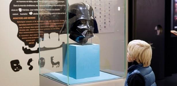 Menino observa a máscara de Darth Vader, um dos mitos de exposição no Louvre - Getty Images