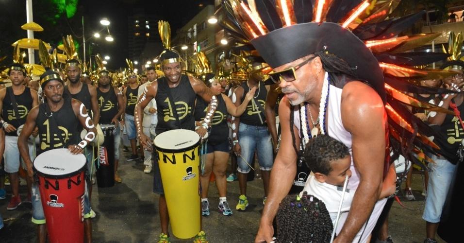 05.fev.2016 - Com simpatia, Carlinhos Brown comandou o Camarote Andante, no Circuito Barra-Ondina. O Carnaval de Salvador teve sua abertura oficial na quarta-feira (04), com a cerimônia de entrega da chave da cidade.