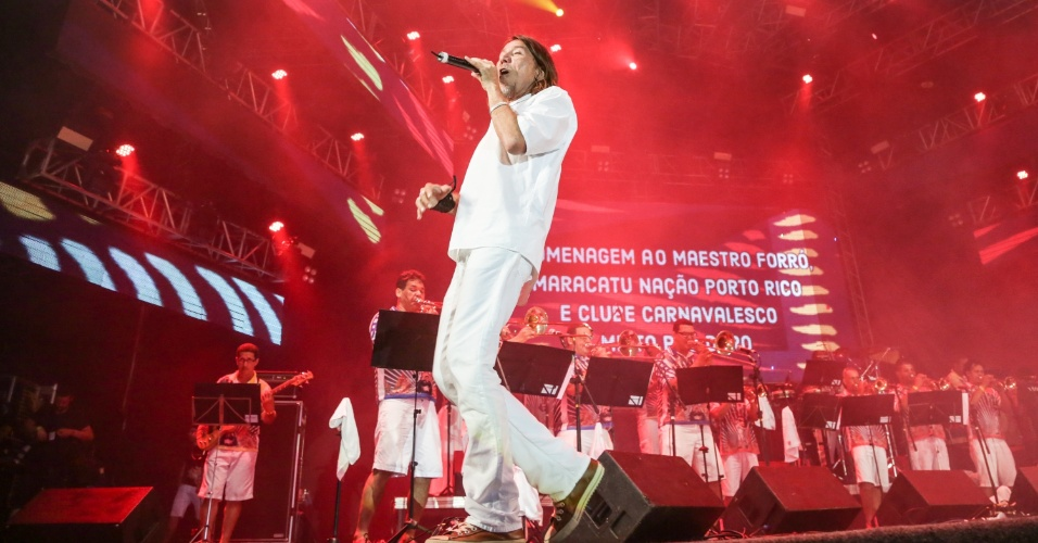 5.fev.2016 - Lenine canta no Marco Zero, no Recife, como convidado pelo Maestro Forró e orquestra da Bomba do Hemeterio