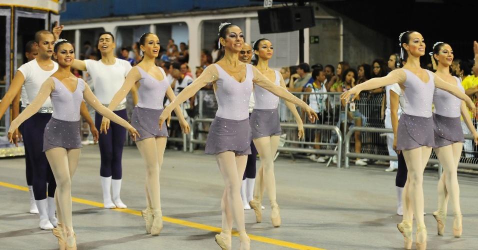 6.fev.2016 - Bailarina como a mãe, Sophia Celulari conduziu um grupo de dançarinas na abertura do desfile da Nenê de Vila Matilde