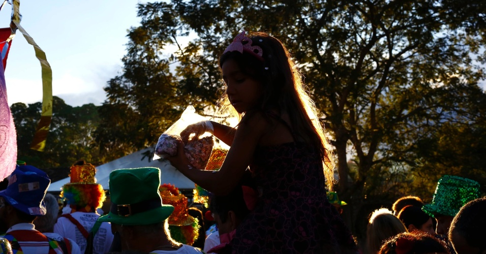 8.fev.2016 - O bloco Palhaçada animou o centro histórico de Tiradentes (MG) na segunda-feira de Carnaval