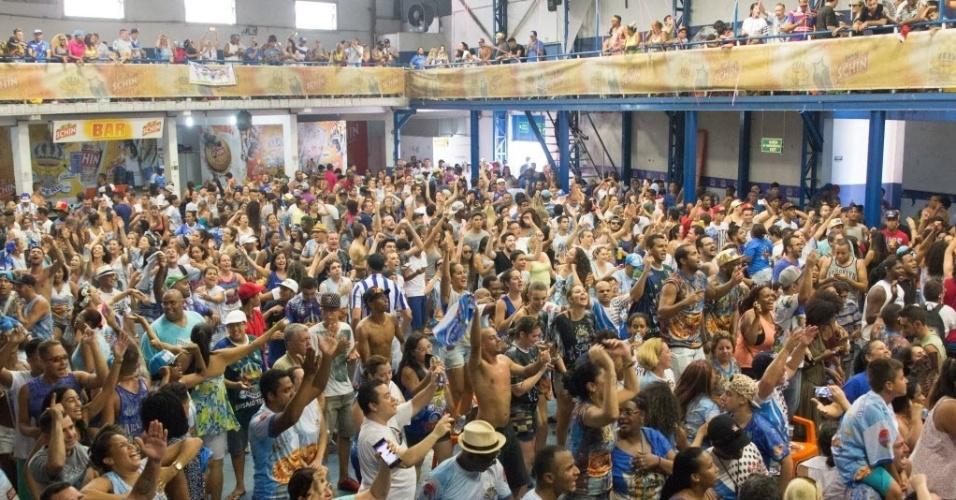 9.fev.2016 - A comunidade da Casa Verde, bairro da zona norte de São Paulo, festeja o resultado de seu Carnaval, que rendeu à Império o título de 2016