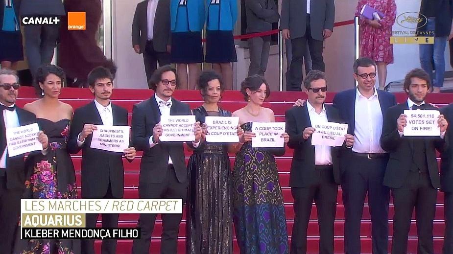 """17.mai.2016 - Equipe do filme """"Aquarius"""", de Kleber Mendonça Filho, faz protesto no Festival de Cannes contra impeachment no Brasil"""