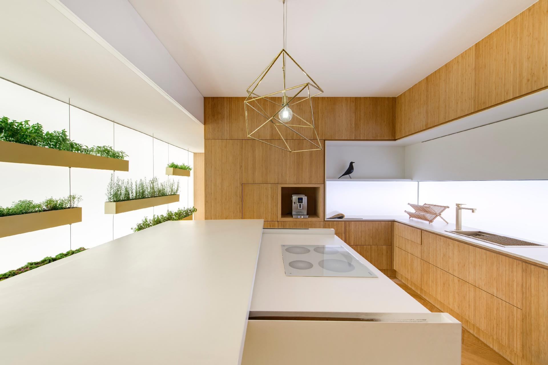 A bancada em MDF, do espaço assinado por Marília Pellegrini, conta com cooktop da Gorenje, desenhado pelo designer Ora-Ïto, que pode ser