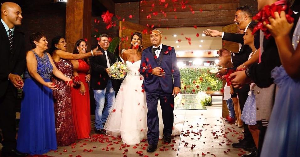 """Juntos há 20 anos, Nana Magalhães e Tiririca se casam no programa """"Eliana"""""""