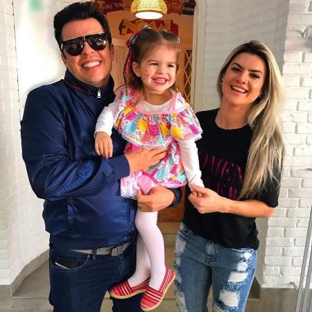 Valentina posa com look de festa junina ao lado dos pais, Ceará e Mirella Santos - Reprodução/Instagram