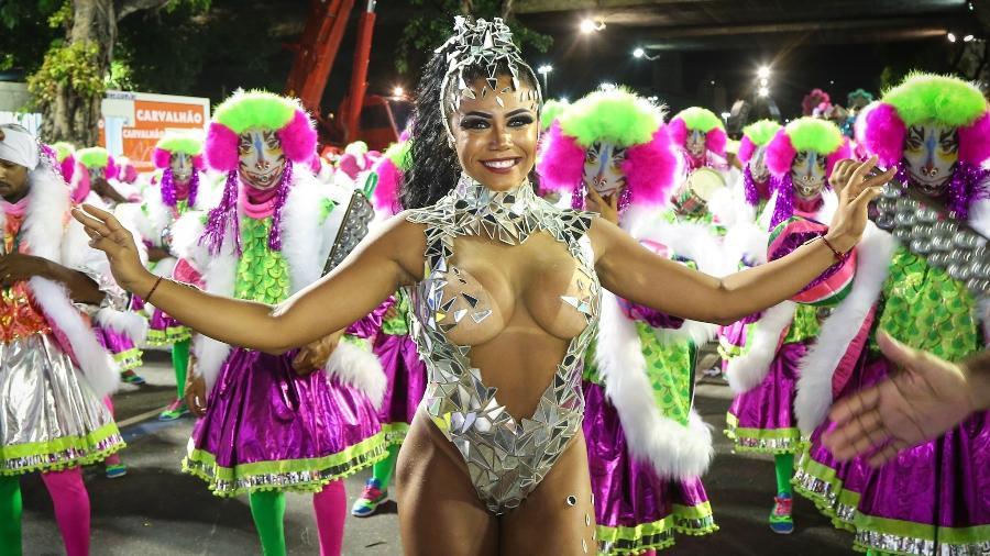 Rainha de bateria, Evelyn Bastos brilha em desfile da Mangueira em 2018 - Marco Antônio Teixeira/UOL