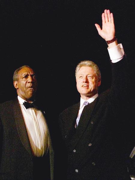 Comediante Bill Cosby e o então presidente dos EUA Bill Clinton durante evento beneficente em Nova York em 1998 - Win McNamee - 12.out.1998/Reuters