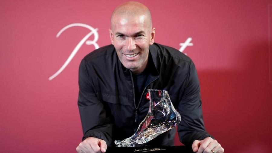 Zidane posa com estatueta de cristal em homenagem a gol na final da Champions League de 2002 - Benoit Tessier/Reuters