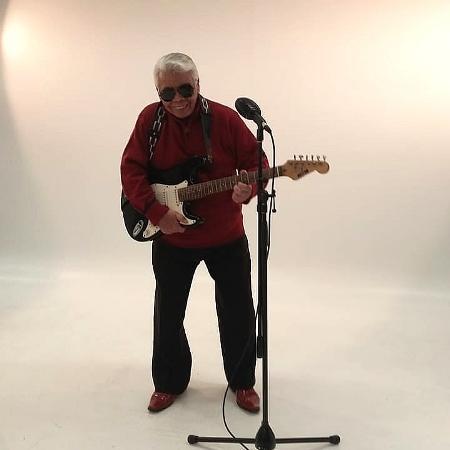 Roque posa tocando guitarra para um anúncio - Arquivo pessoal/Gonçalo Roque