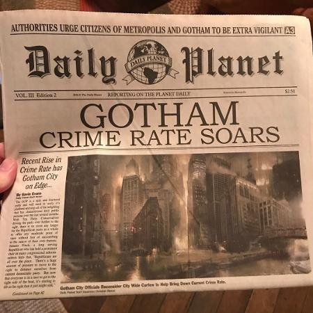 """Diretor de """"Shazam!"""" mostra capa de jornal com notícia sobre Gotham, que aparece no trailer do filme - Reprodução/Instagram/ponysmasher"""