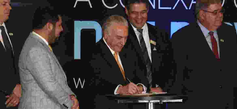 """Michel Temer assina """"Rota 2030"""" durante Salão do Automóvel de SP, em novembro - Murilo Góes/UOL"""