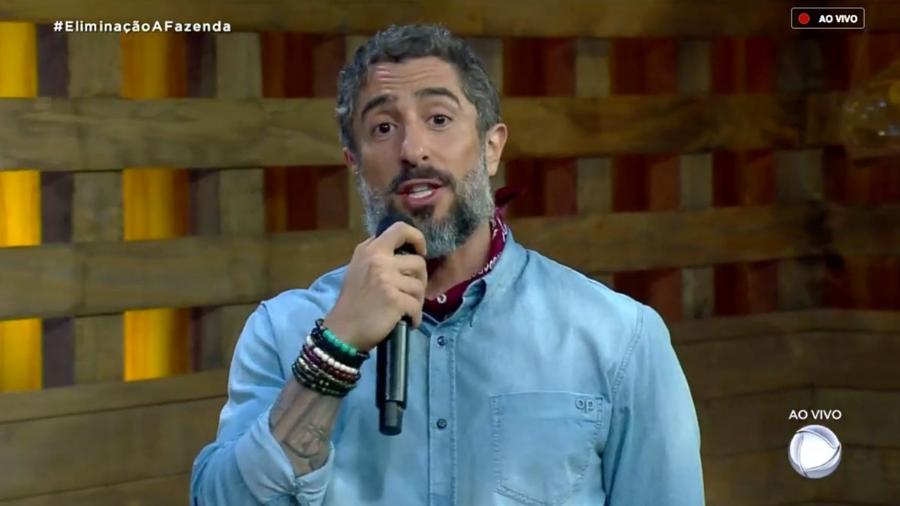 """Durante o programa ao vivo, Marcos Mion fala com o público de de """"A Fazenda 10"""" - Reprodução/RecordTV"""