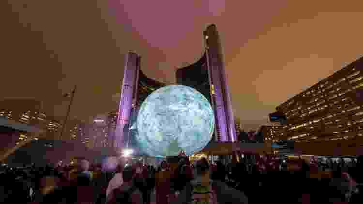 Em uma noite do ano, toda Toronto é tomada por arte, a as pessoas passam a madrugada caçando as obras por ruas e prédios, inclusive os públicos - Divulgação - Divulgação