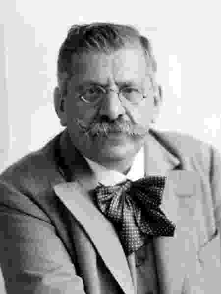 Magnus Hirschfeld foi um médico gay que se especializou em sexualidade para ajudar LGBTs vítimas de homofobia. - Sociedade Magnus Hirschfeld